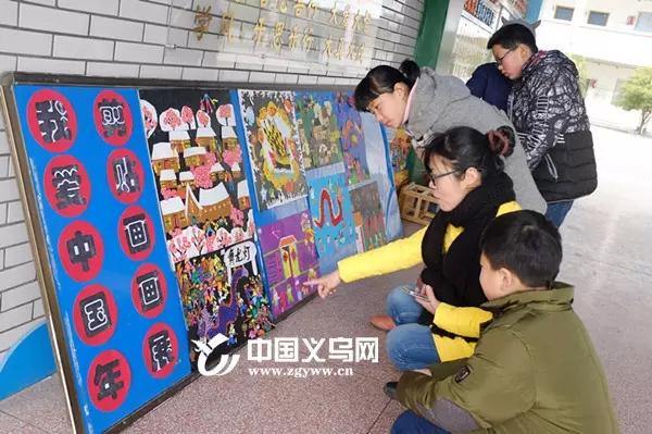 这次展出的剪贴画都是孩子们在春节期间参加习俗活动