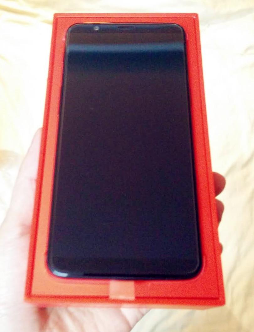 红色盒子衬托出一加手机的不凡。