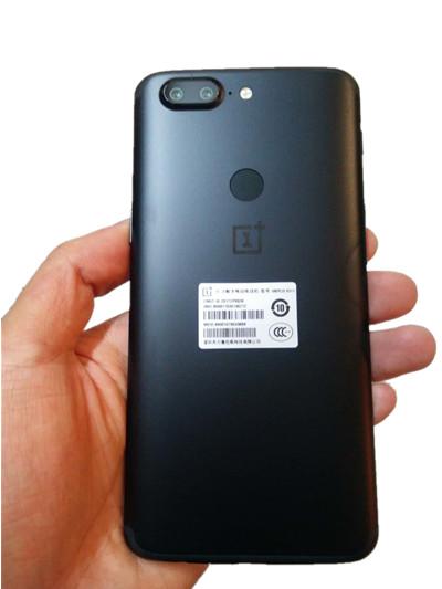 一加将信号带放置在了手机的上下边缘处,由于颜色和机身一致
