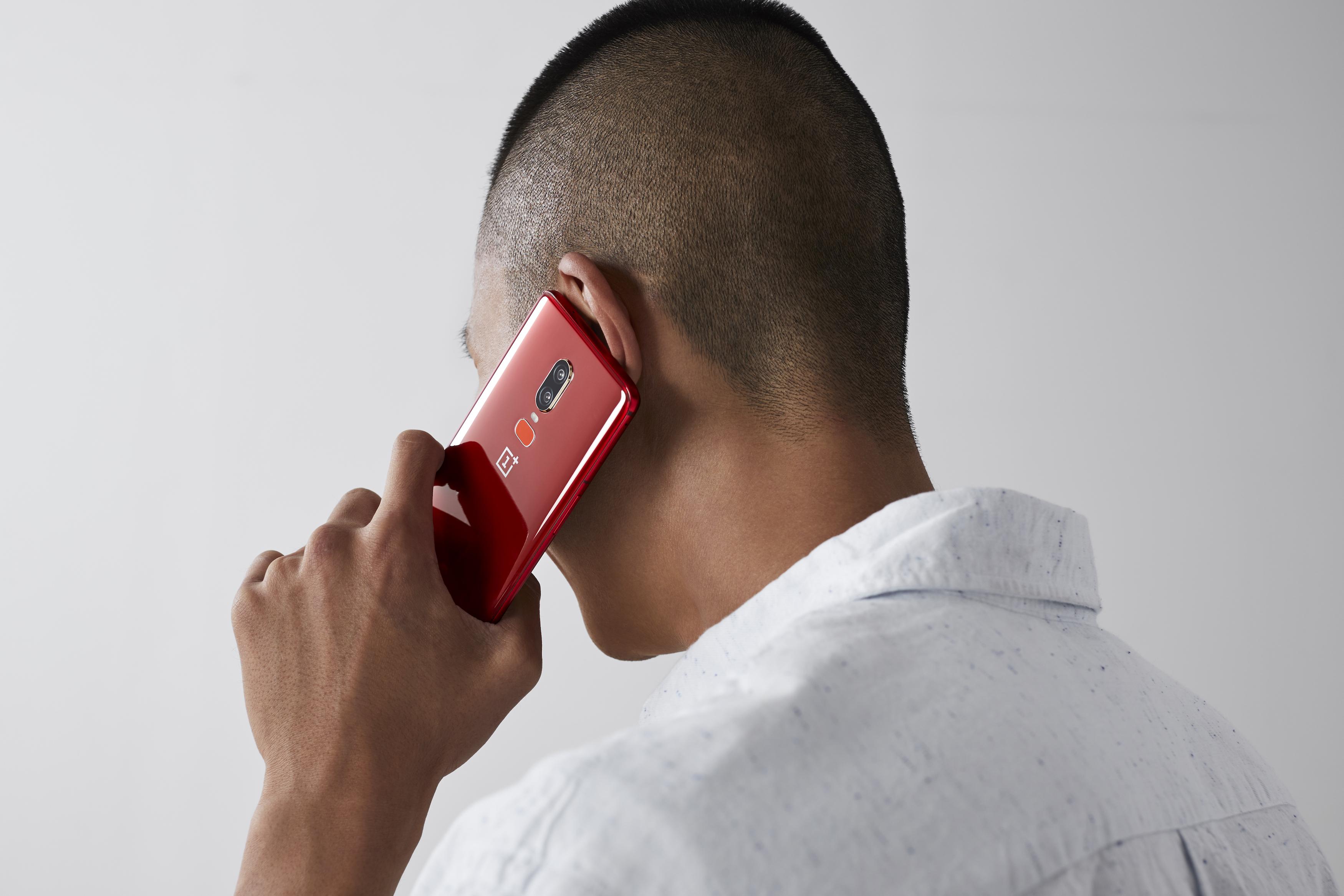 OnePlus6Red-Lifestyle-Shot04.jpg