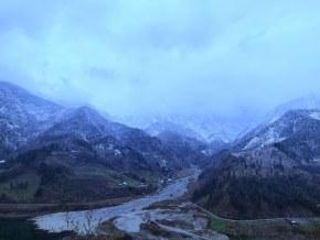 雪山下的山沟