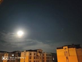 乌鲁木齐的蓝天白云和 圆月