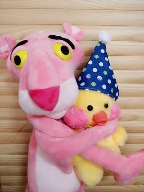 一个粉红豹一个小黄鸭一杯雪碧