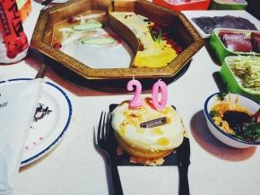 自己一个人在外面,搞个小蛋糕,庆祝自己生日快乐