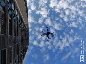 蓝天白云与无人机