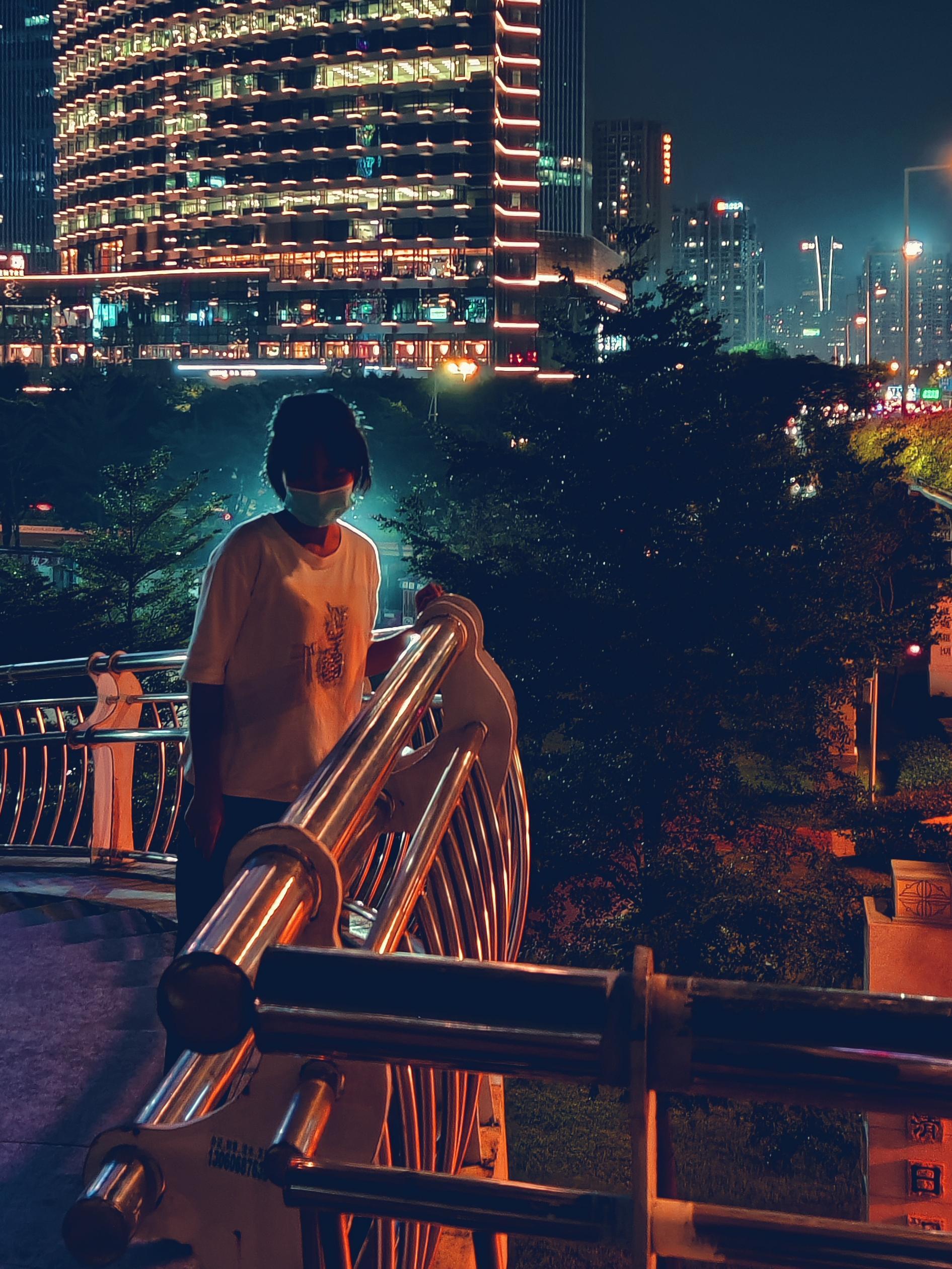 猎德大桥上的市民.jpg