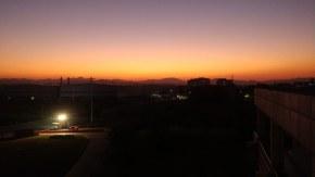 一张是某工厂下班前  第二张是飞机上看落日