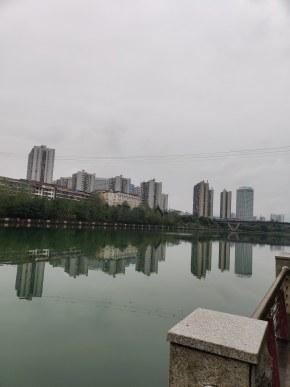 雨中的河畔
